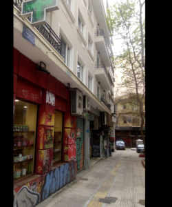 Στα στενά δρομάκια της Αθήνας. Από Θεμιστοκλέους, Νικηταρά και άλλους γύρω από αυτούς. Δρόμοι πολυσύχναστοι, εμπορικοί δρόμοι που τώρα δεν περνάει κανείς